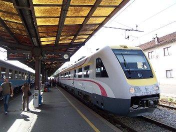 putovati vlakom